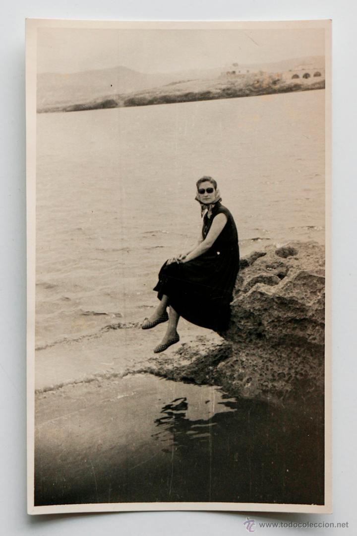 Mujer Sentada En Unas Rocas A Orillas Del Mar Años 60s 8 5 X 13 5 Cm Orilla Del Mar Fotografía Antigua Rocas