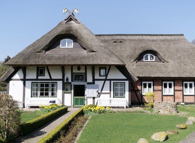 Ferienhäuser mit Schilfdach an der Ostsee (mit Bildern