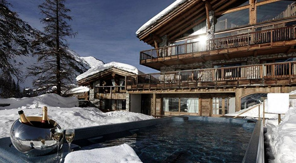 Deluxe ski holidays with family and friends at this large ski lodge - location chalet avec piscine interieure