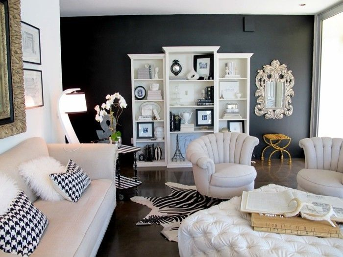 Schönes Wohnzimmer Fellteppich Weißes Sofa Dunkler Teppich Stoffmuster