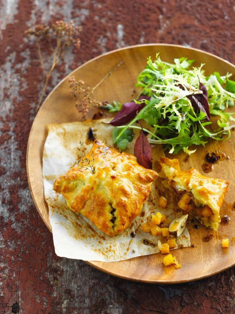 Bereiden: Verwarm de oven voor op 200 graden. Leg de pompoen in een ovenschaal, besprenkel met olijfolie, peper en zout. Gaar voor 15 à 20 minuten in de oven (naargelang de dikte van de blokjes). Borstel de champignons schoon. Snij in kwartjes en snij de rode ui fijn. Verhit 1 eetlepel olie in een pan en stoof hierin de ui zacht.