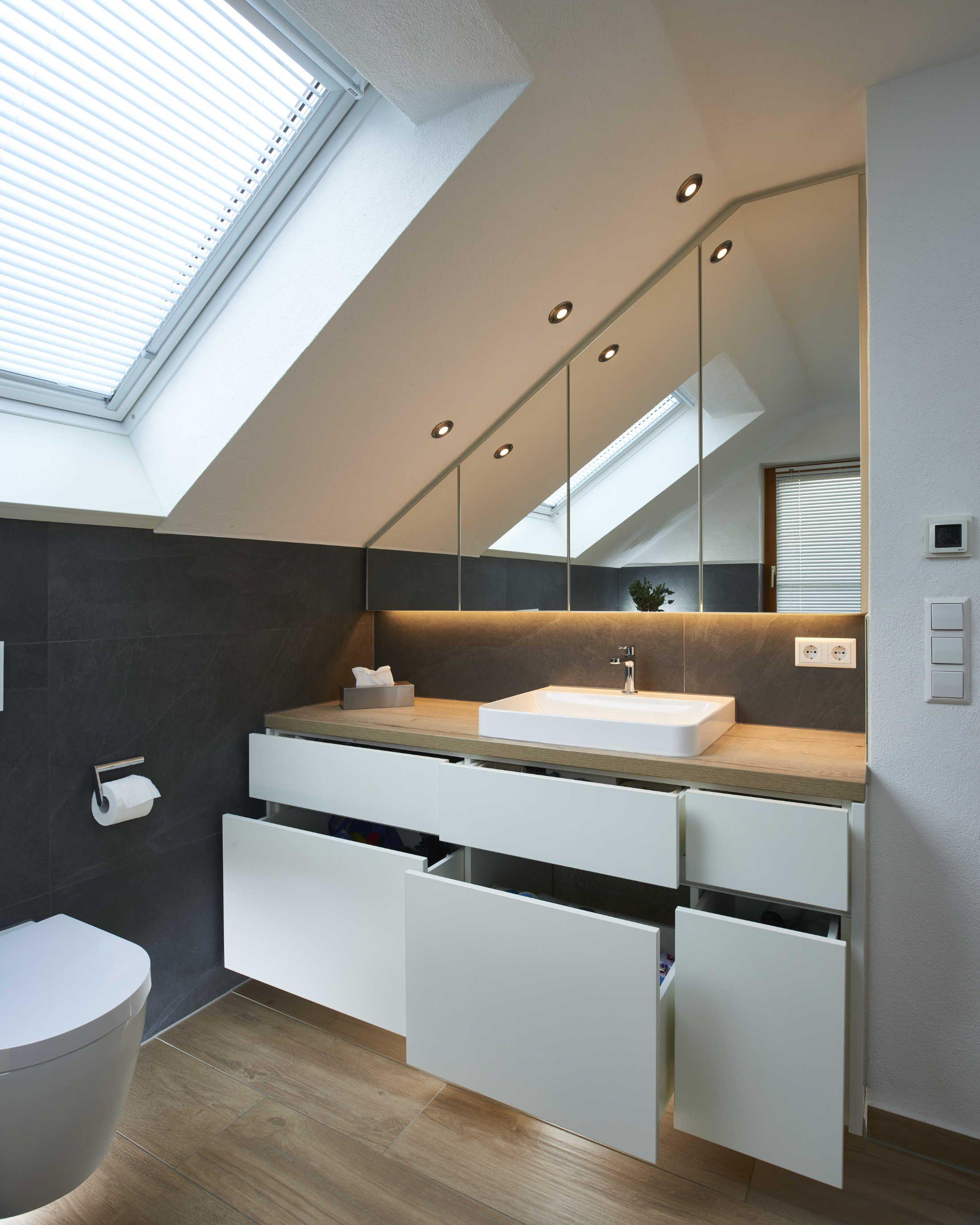 Diese Badezimmerplanung Stammt Komplett Aus Dem Hause Buhler Ein Eyecatcher In Dies Badezimmer Dachschrage Badezimmer Innenausstattung Badezimmer Dachgeschoss