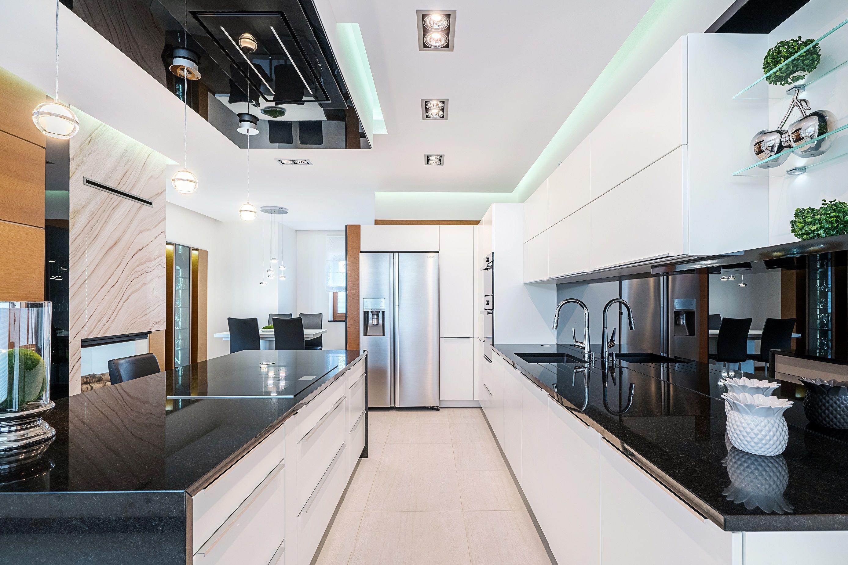 Biale Fronty Szafek W Zestawieniu Z Czarnymi Blatami Na Wysoki Polysk To Synonim Nowoczesnej Kuchni Kitchen Design Home Whitekitche Home Decor Home Decor