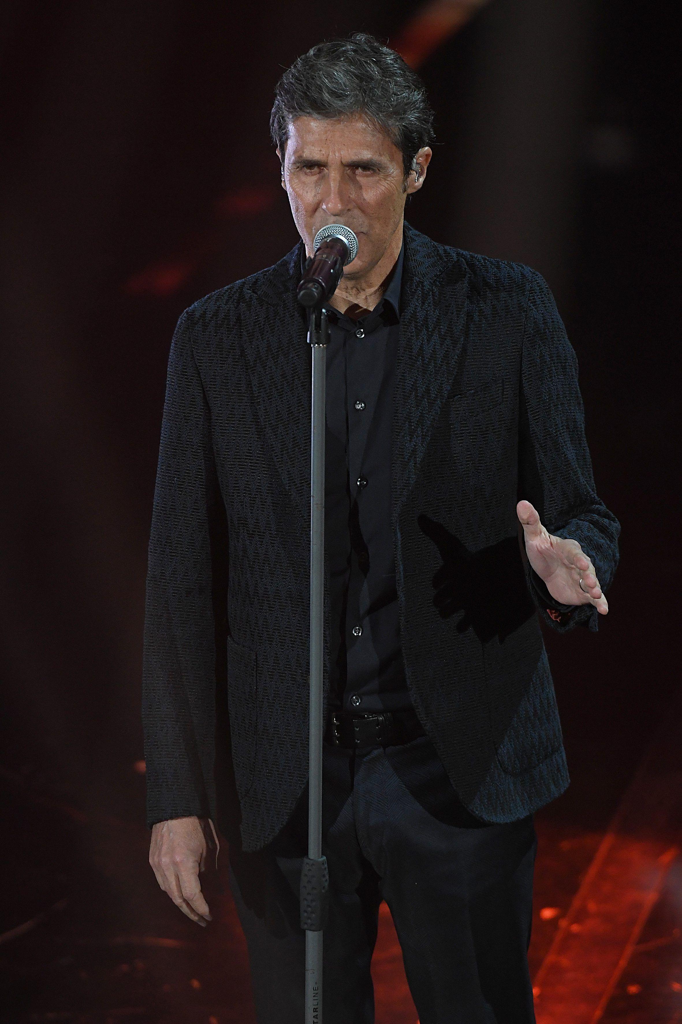 Per la finale di Sanremo 2018 Michelle Hunziker sale sul palco con abiti  Armani 28dec81d4b1d