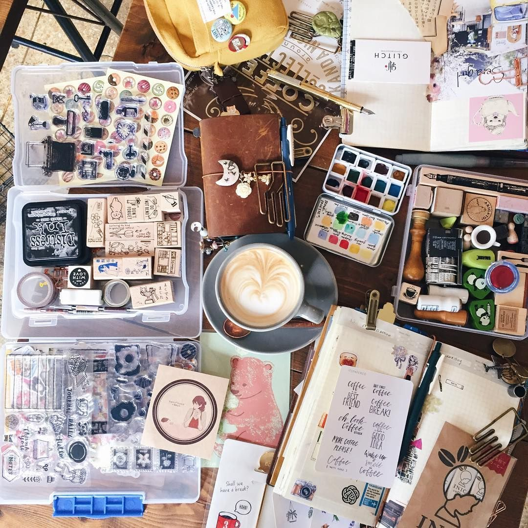 """Polubienia: 937, komentarze: 28 – M0mO (@momolovespaper) na Instagramie: """"When you happen to match the table. A mess ✌️ @twocupstravels"""""""