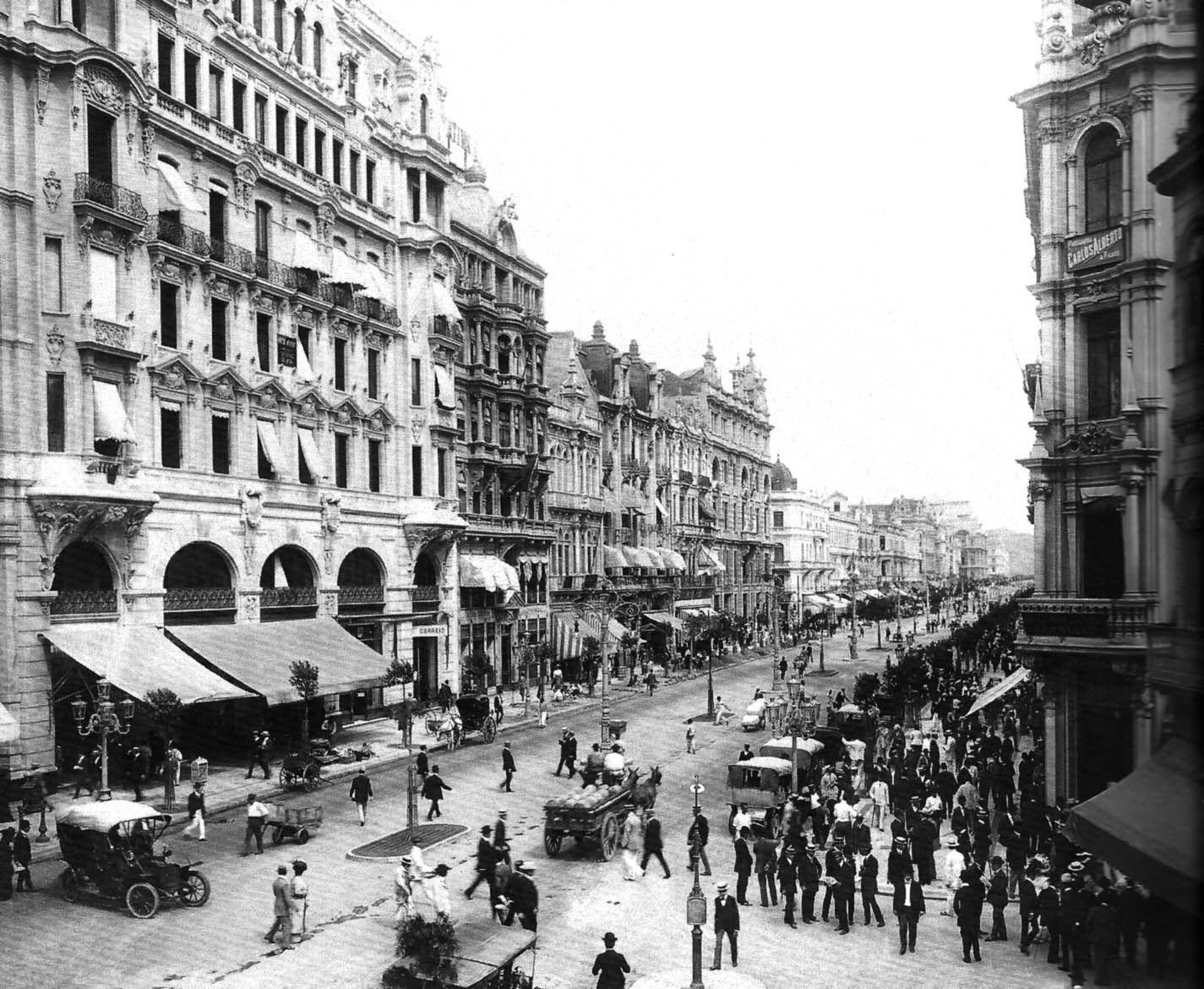 Avenida Central. Rio de Janeiro, 1910. Foto de Marc Ferrez. | Fotos do rio, Cidades mais bonitas, Rio de janeiro