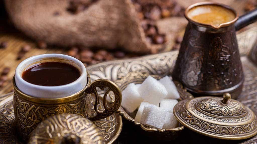 شدة الطحن وفن زيادة الرغوة طريقة عمل القهوة التركية Turkish Coffee Recipe Turkish Coffee Set Turkish Coffee