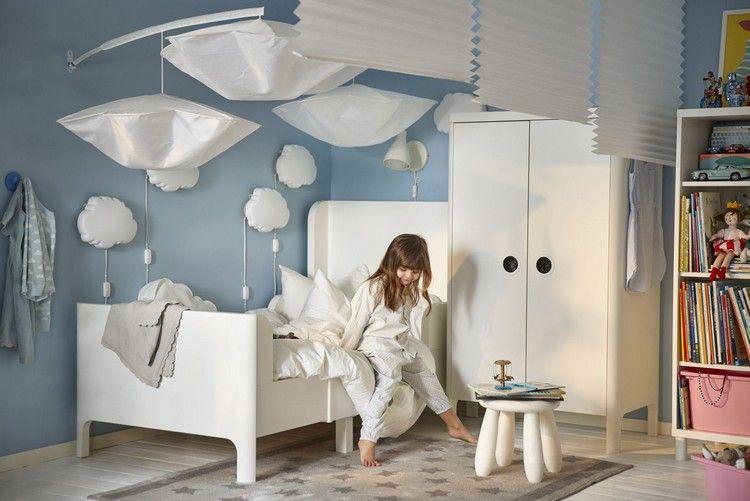 catalogue Ikea 2017  chambre enfant avec peinture bleue, lit blanc