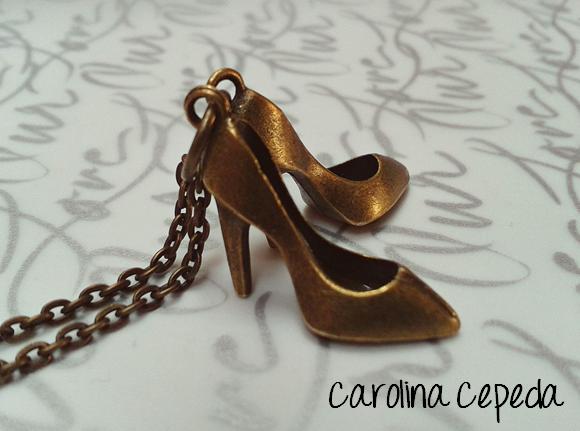 shoes woman necklace, zapato tacon mujer collar oro viejo, antique gold
