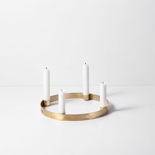 Ny lysestake fra ferm LIVING, en lysestake for fire lys. Laget av ren messing, oppheng følger med. 25 cm i diameter.