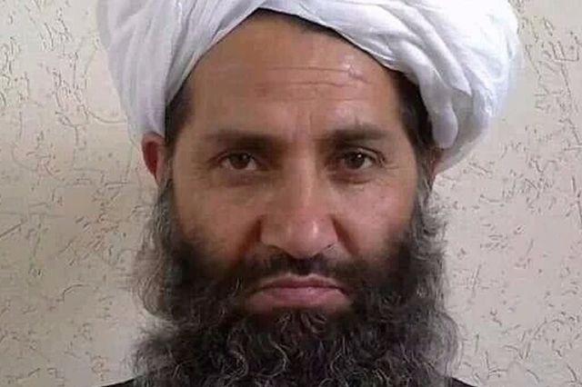 La photo du nouveau chef taliban intrigue
