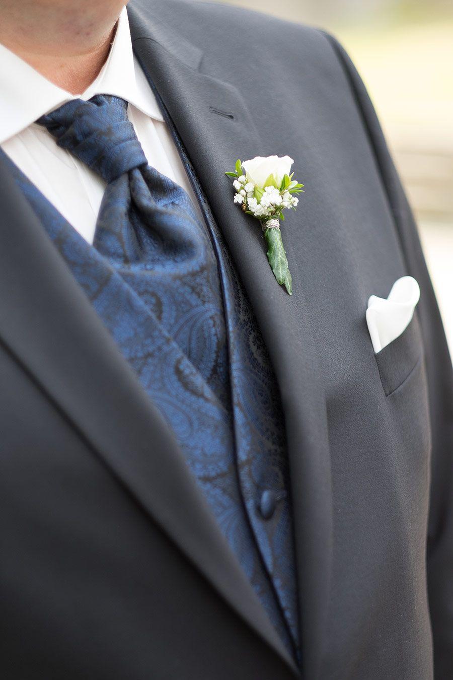 Die Ansteckblume vom Brutigam mit einer kleinen Rose