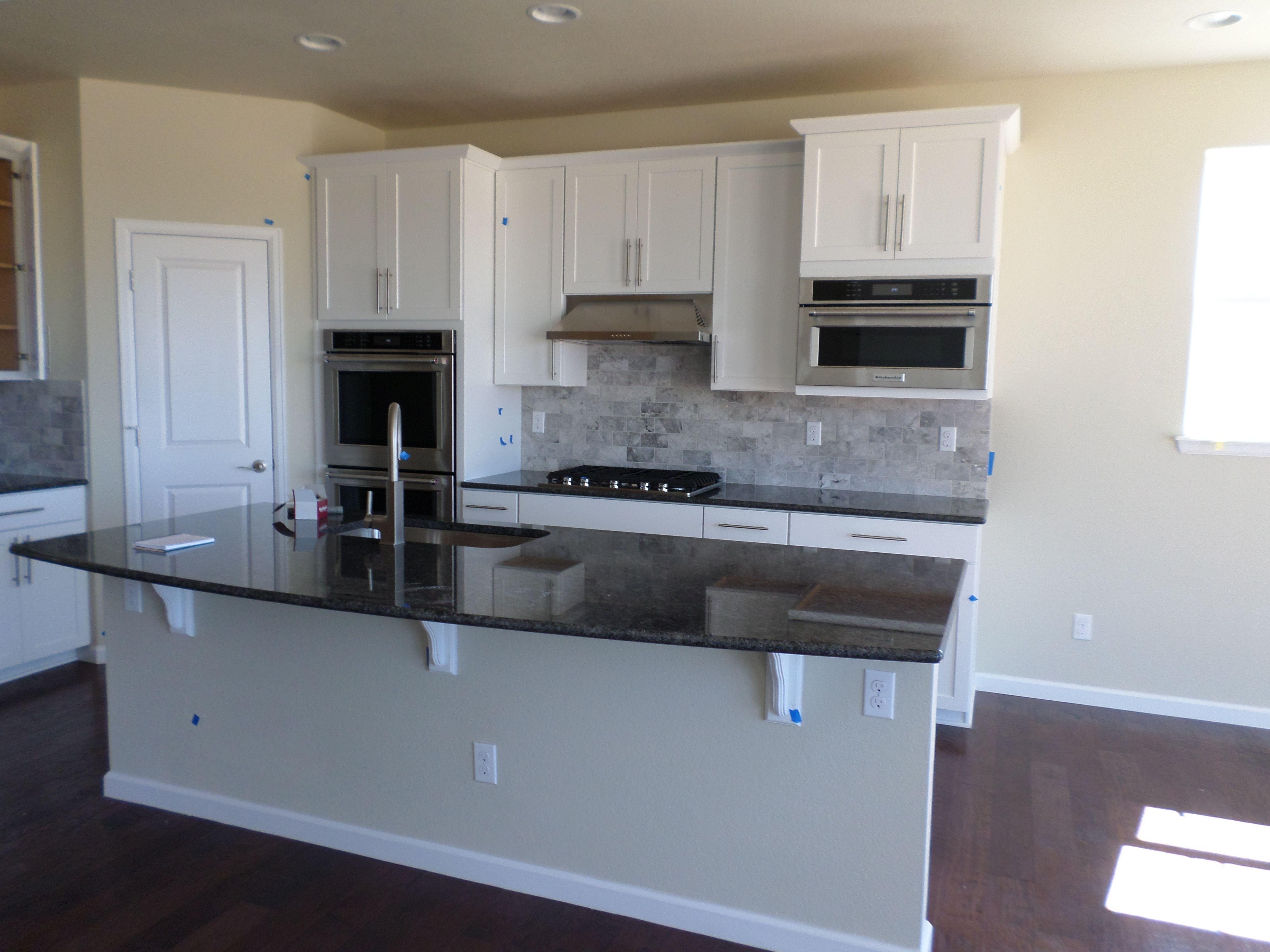 Merveilleux Timberlake Sonoma Painted Linen Cabinets, Silver Pearl Granite Slab, Shaw  Richland Hardwood Floors U0026