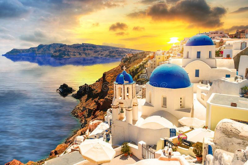 تعتبر جزيرة سانتوريني باليونان إحدى أجمل الوجهات في الصيف لعشاق البحر تعرفوا عبر موقع هي على أجمل Santorini Island Greece Cheap Hotel Room Santorini Island