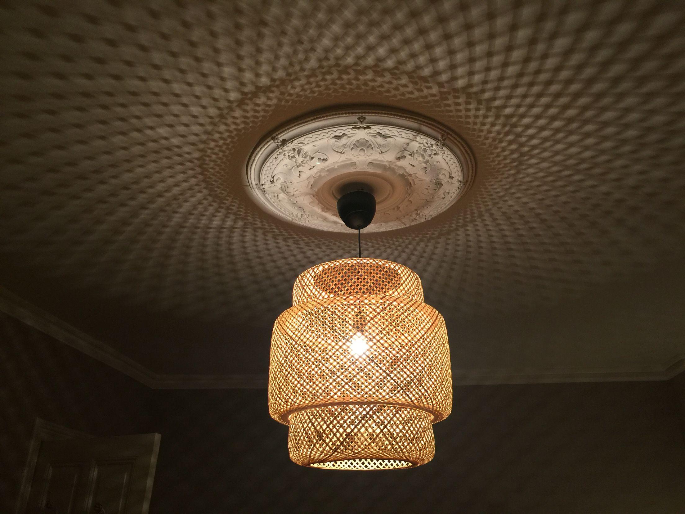 Ikea rotan lamp doet het prachtig in mijn slaapkamer
