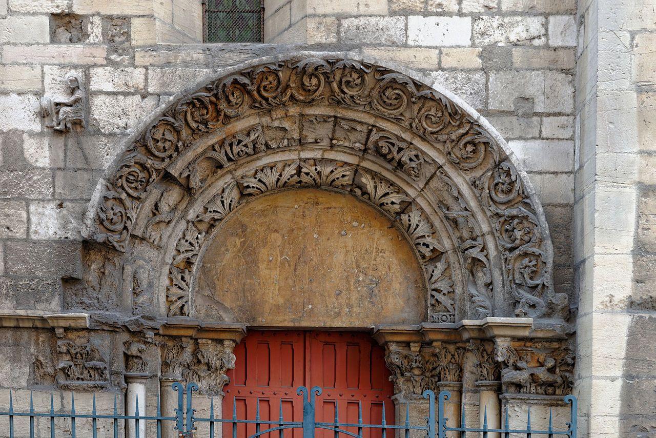 Eglise St-Philibert - Portail (petit personnage à gauche)