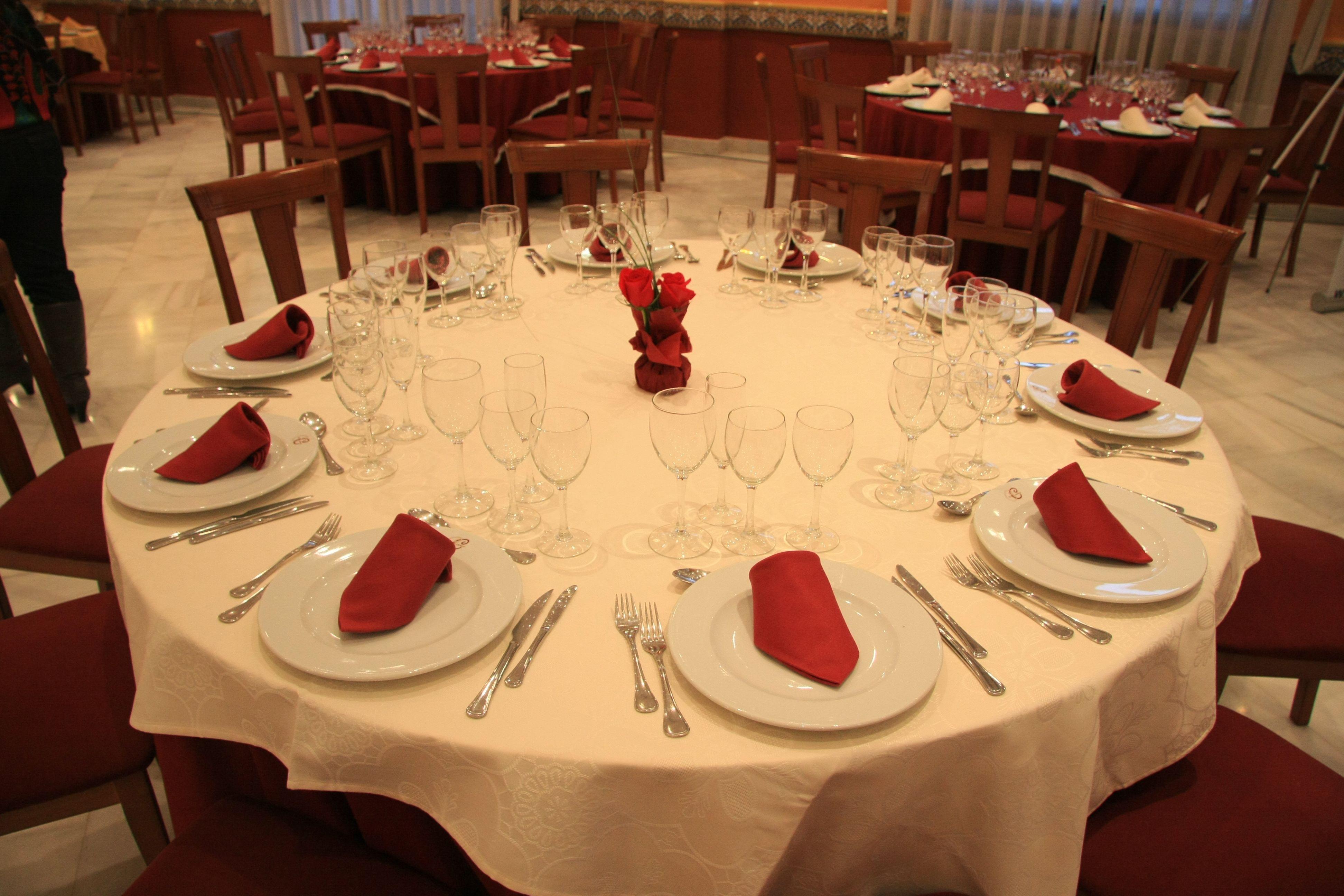 Montaje de mesa para boda en marfil y burdeos mesas for Cena en frances