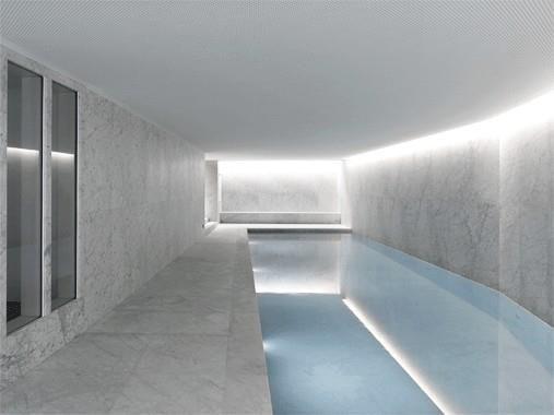 Piscine intérieur avec éclairage indirect piscine