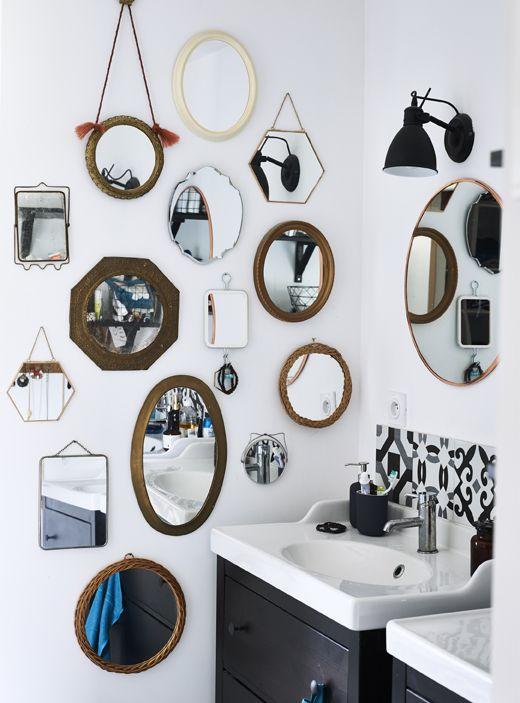 Collezione di specchi diversi su una parete del bagno.   deco ...