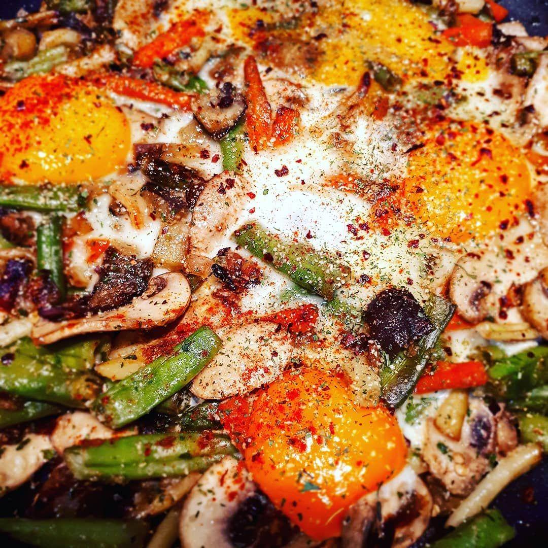 Verduras Salteadas Con Huevos Camperos Escalfados Y Especias En La Línea De Comidas Exprés Hemos Utilizado Una Bolsa De Verd Food Vegetable Pizza Vegetables