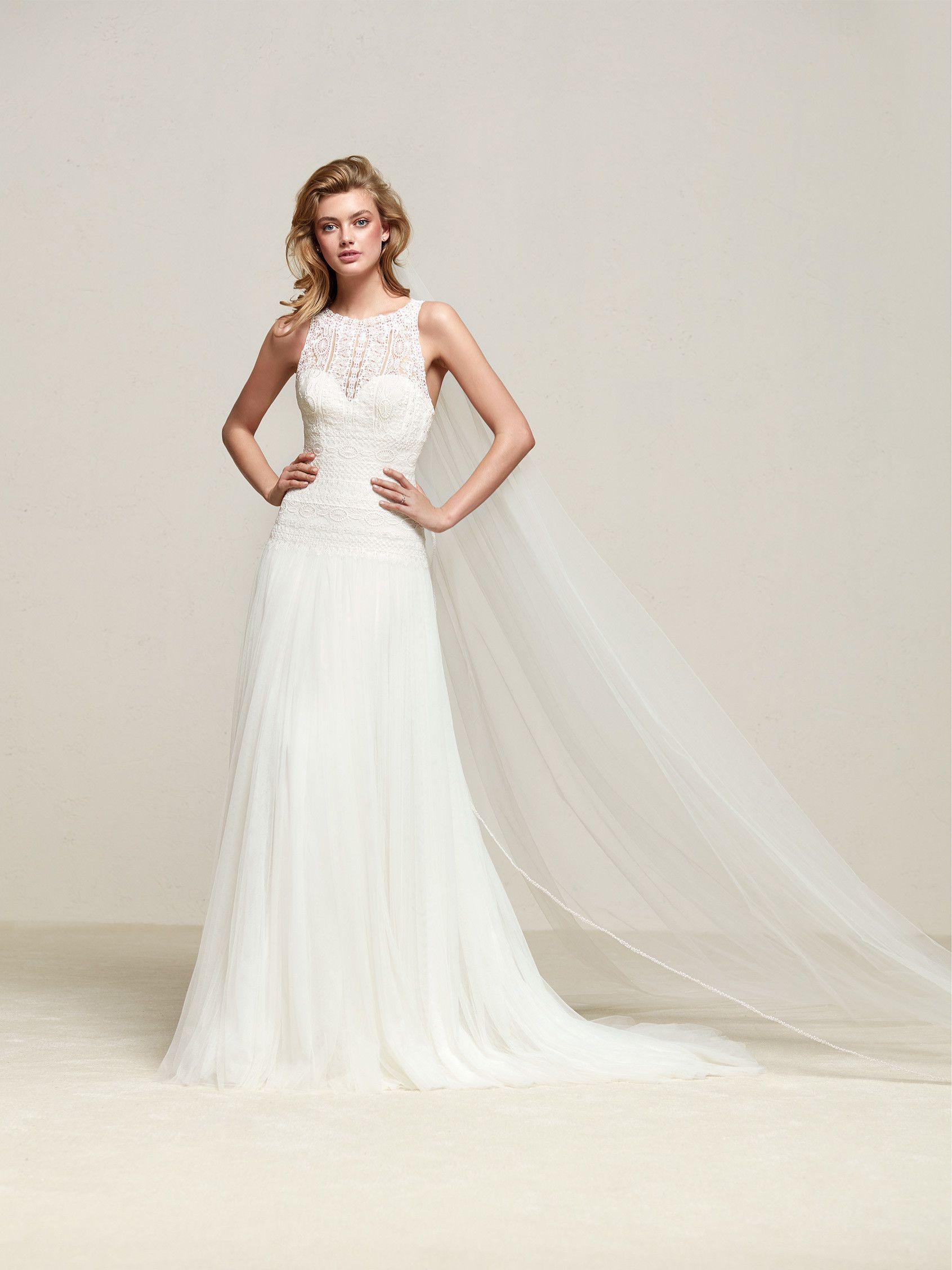 22c316c21 Drisade  Vestido de novia de diseño recto y falda de talle bajo y mucho  vuelo que combina un escote barco y espalda halter - Pronovias