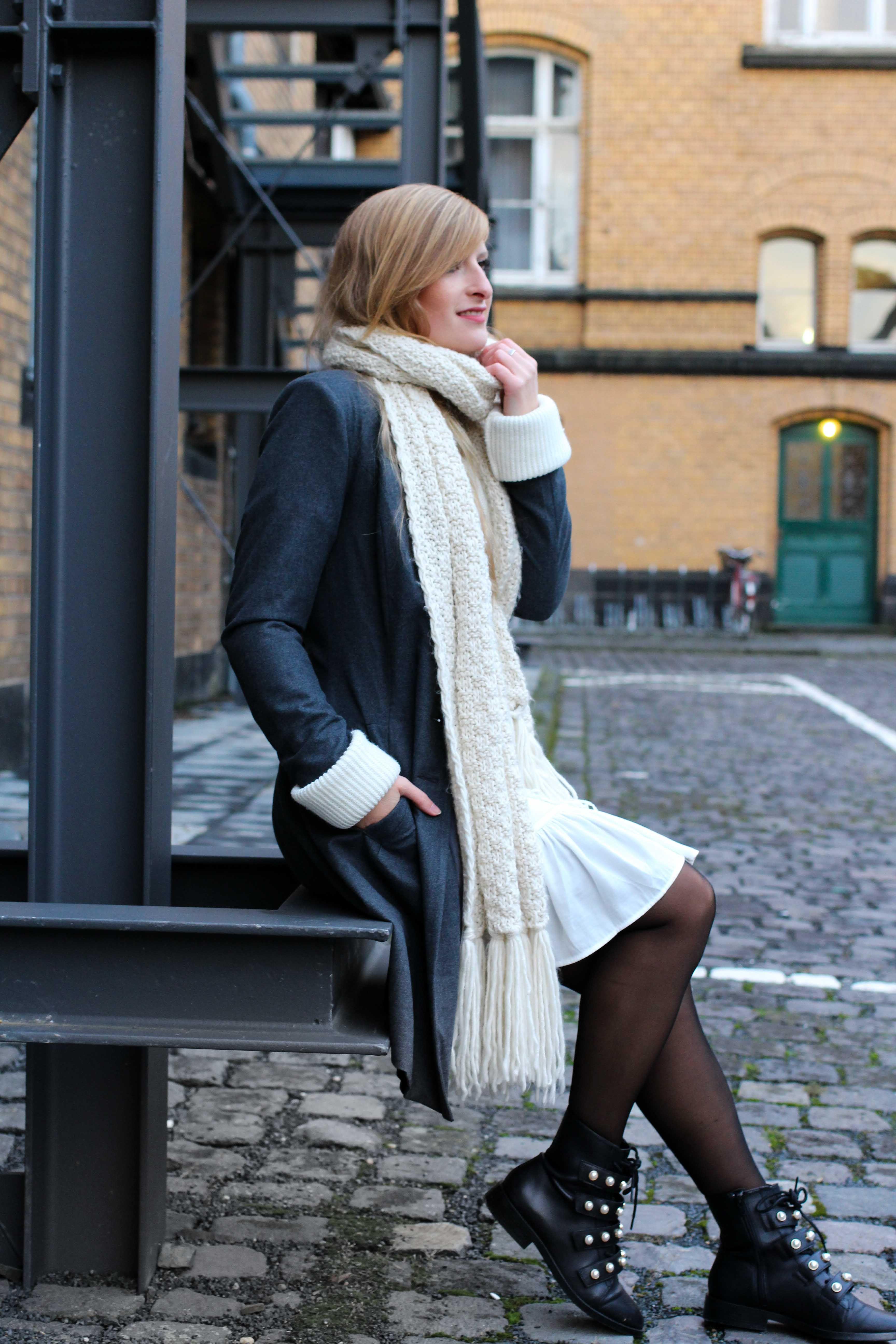 7d69af15e924 Winter-Layering weißes Kleid, Ripped Pullover Asos schwarze Strumpfhose  Hunkemöller kombinieren Outfit Modeblog bonn 4