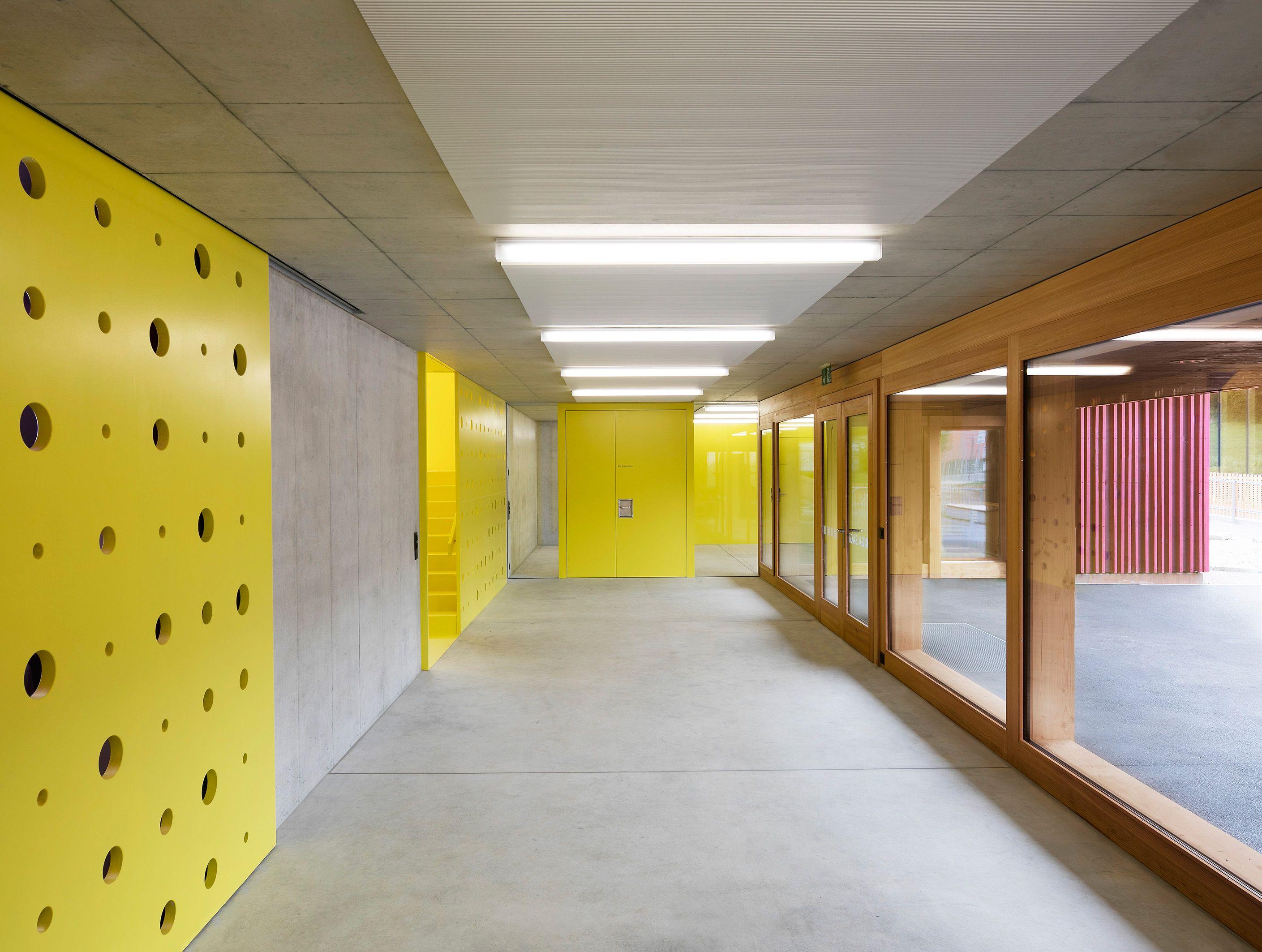 Farbkr ftige vielfalt f r doppelkindergarten in for Innenraumdesign studium