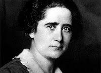 (1874) Nace en Algorta MARÍA GOYRI, literata, investigadora, profesora, defensora de los derechos de la mujer.  Hija natural de Amalia Goyri, una costurera de gran carácter, gran cultura, y librepensadora, que educó a su hija sin tener en cuenta las convenciones de la época. Fue la primera mujer que obtuvo la licenciatura de Filosofía y Letras, en 1896, y  el doctorado en 1909. Se casó con Ramón Menéndez Pidal, con quien tuvo tres hijos y murió en Madrid en 1954.