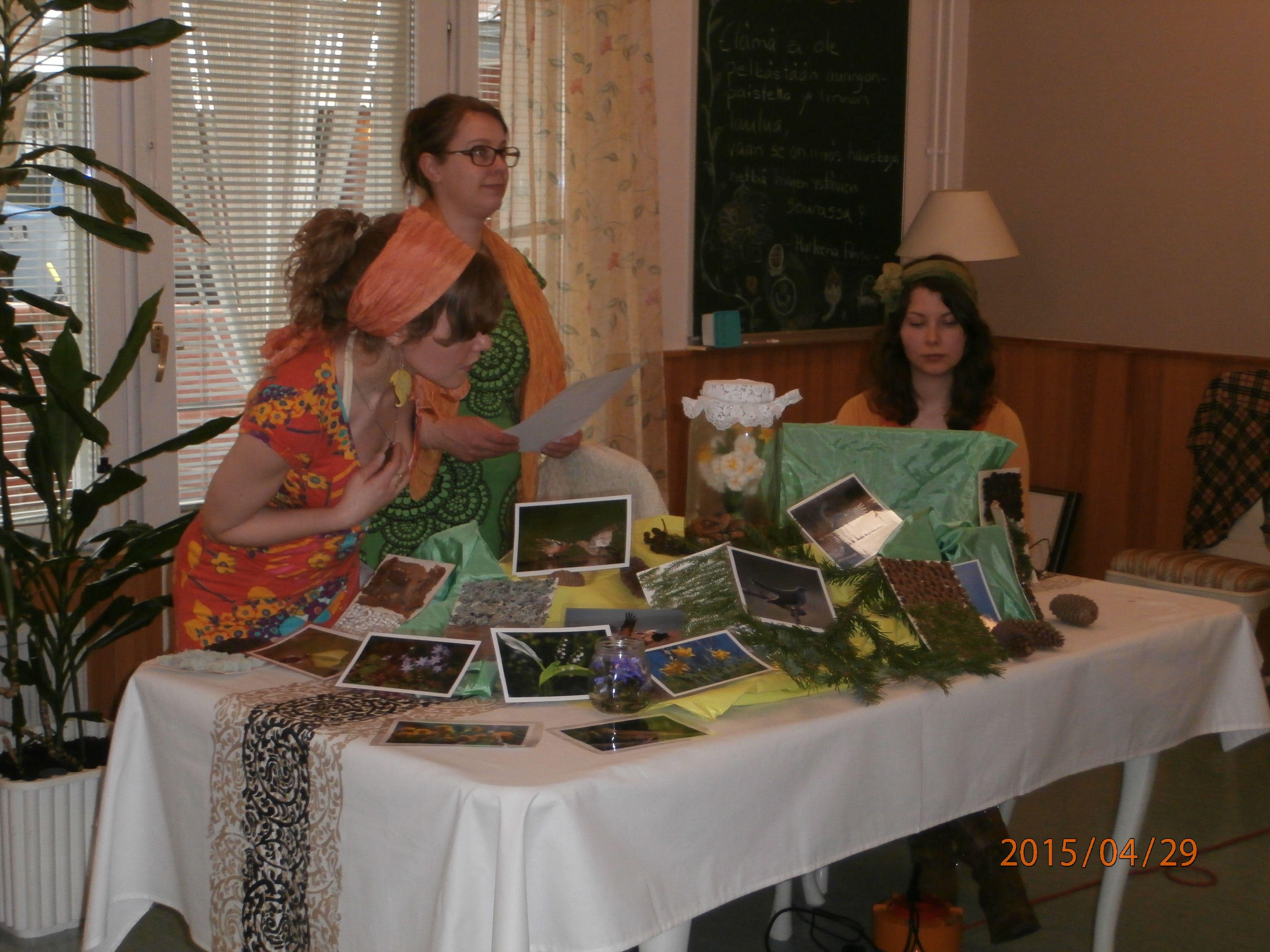 Osaran luonto- ja ympäritöneuvoja opiskelijat vierailivat toistamiseen Kurjenmäkikodilla. Seuraamaan pääsi omena ja persikka.