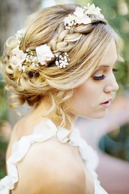 Wearing Flowers In Your Hair Isn T Hippie Anymore It S Wedding Chic There Are All Diffe Ways To Use Accessorize On
