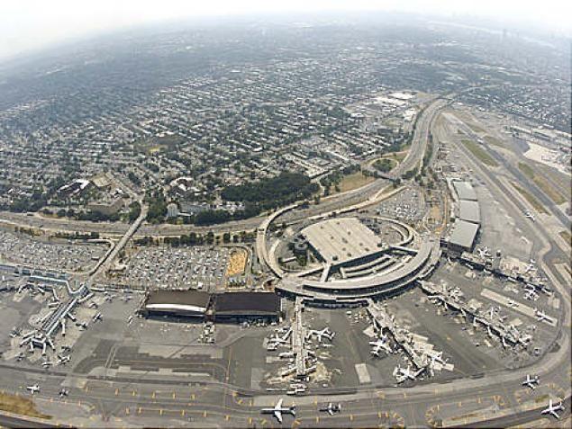 Aeropuerto LaGuardia: Es un aeropuerto en la parte norte de la ciudad de New York en Queens. Se encuentra en el paseo marítimo de la Bahía de Flushing y Bowery Bay y limita con los barrios de Astoria, Jackson Heights y East Elmhurst.