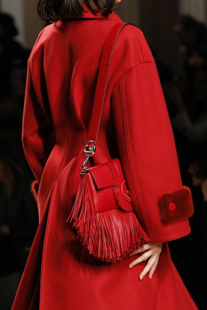 sac a dos vintage en rouge flamme avec des franges chiquissime en forme  carrée Fendi 99ddfae4be9
