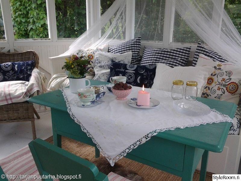 kattaus,piha,kesä,kesäinen,värikäs pöytä