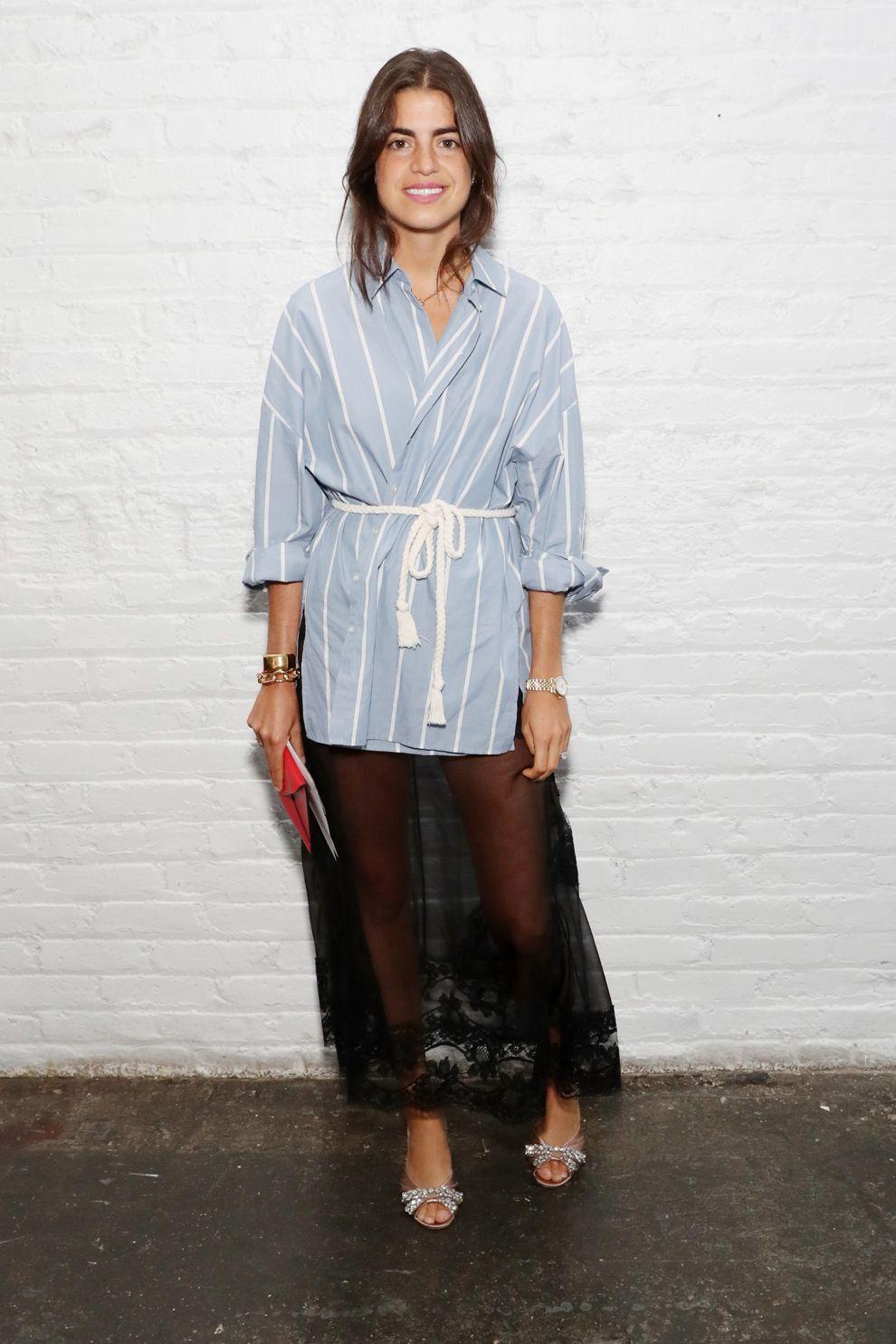 Leandra Medine consigue darle a su camisa un estilo sofisticado y oriental, sólo mediante el sencillo gesto de ceñirla y cruzarla sin abrocharse los botones. Tomamos nota.