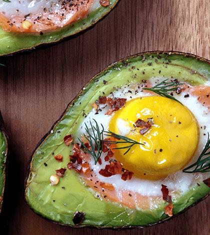 koolhydraatarme lunch: avocado met ei (uit de oven) | recipe | teas