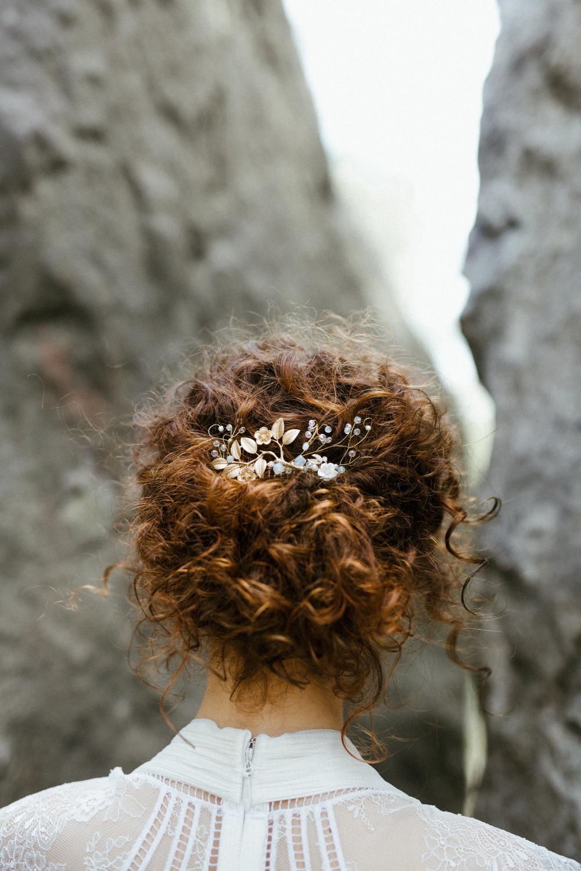 Mariees Aux Cheveux Boucles Les 7 Conseils De Lydie The Reporthair En 2020 Mariage Cheveux Boucles Coiffure Mariage Chignon Cheveux Boucles