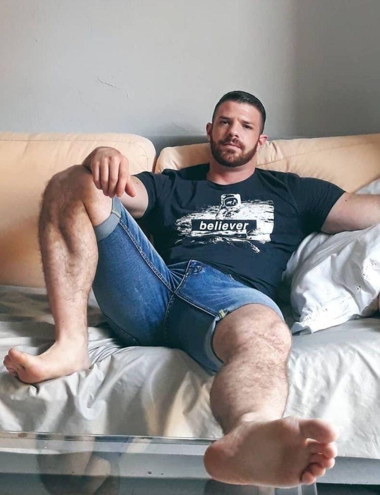 Pin By Mario On Manly Feet Hairy Men Barefoot Men Men