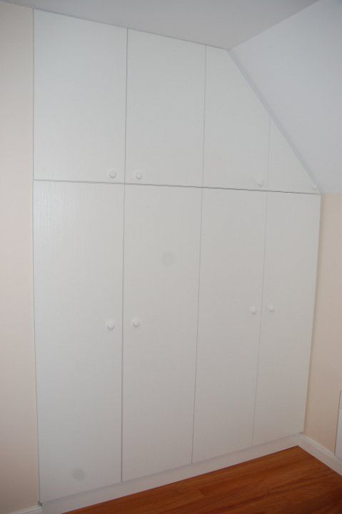 Placard sous pente blanc avec poign es de portes blanches poign es pinterest placard sous - Poignee de porte de placard ...