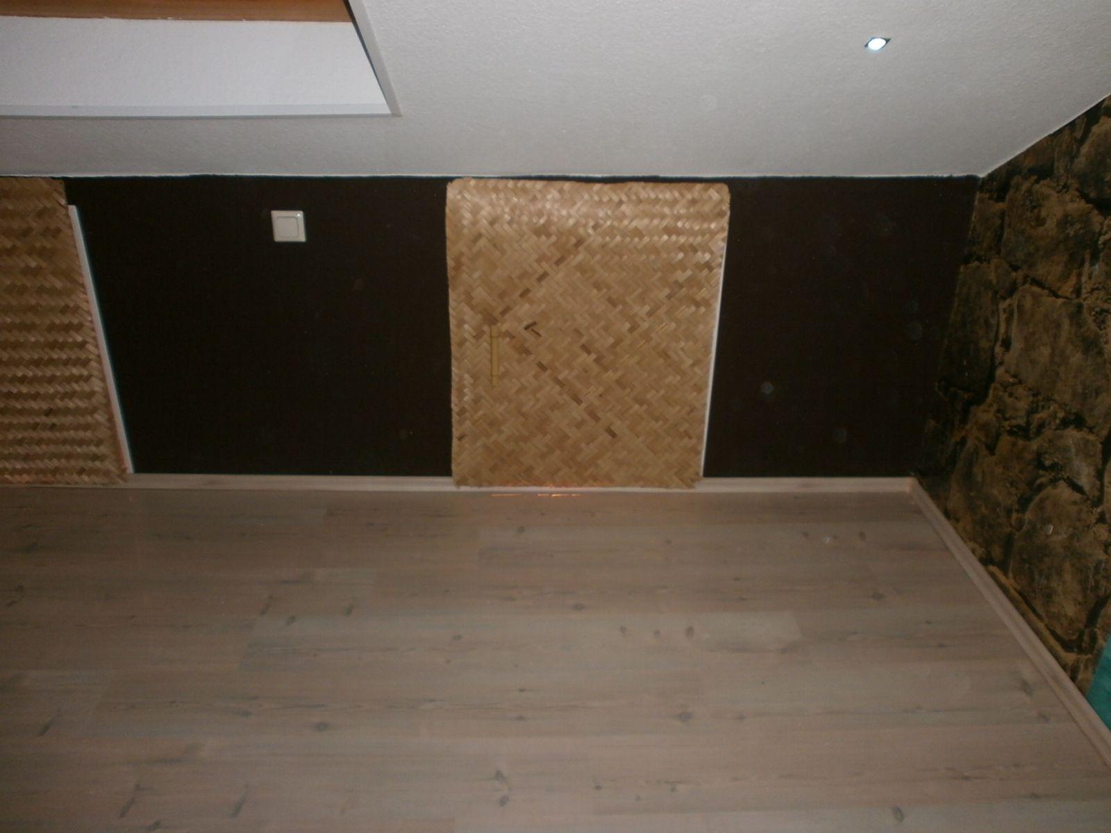 kniestock als stauraum t ren mit bambusmatten verkleidet t rgriffe aus bambusrohr gefertigt. Black Bedroom Furniture Sets. Home Design Ideas