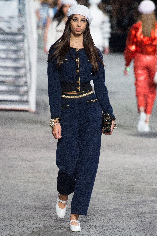 Chanel коллекция   Коллекции весна-лето 2019   Париж   VOGUE   2019 ... 0e8dbb4a266