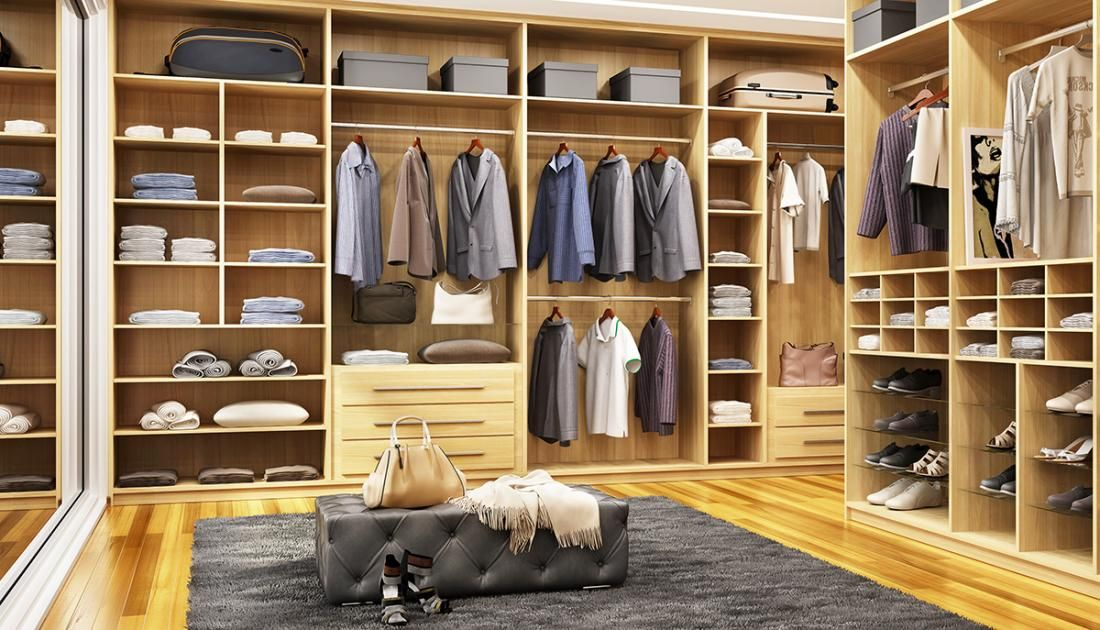 """Der Königweg zum begehbaren Kleiderschrank? Sie haben ein Zimmer zu Hause """"übrig"""". Vielleicht ein ungenutztes ehemaliges Kinderzimmer, eine gut geschnittene und ausreichend große Abseite? Oder Sie können Ihr Home Office opfern oder den Dachboden nutzen? Perfekt, denn auf diese Weise müssen Sie wenig Kompromisse eingehen und können sich bei der Schrankplanung richtig austoben."""