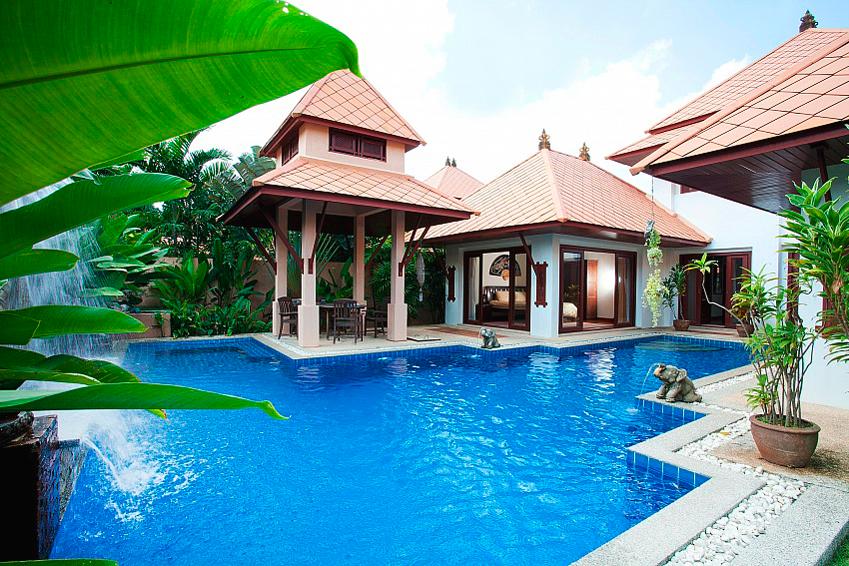 Вилла Fantasea с четырьмя спальнями на острове Пхукет в районе Камала в аренду. Вилла Fantasea с личным бассейном и красивым прудом в тропическом саду.