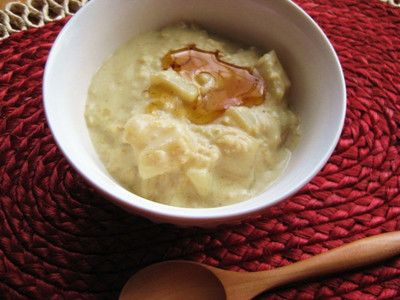 たっぷりの煮りんごを入れたオートミール粥を作りました。 りんごのクリーム煮?というくらい、多めのりんごに、たっぷりのオートミールのクリームが絡まった感じです。温かくて優しい甘さで、寒い日にほっと一息出来るおやつです。(朝食にも。)生のままで、いまいち美味しさが足りないりんごでも、おいしく食べれます。[材料 2人分] りんご 1個  てんさい糖 大さじ1 水 2カップ(400cc) 豆乳 2カップ(400cc) オートミール 1/2カップ  シナモンパウダー 適宜  メープルシロップ 適宜  [作り方]1.りんごは、皮を向いて、1.5cmくらいの角切りにする。2.鍋に、1のりんご、てんさい糖、水を入れて、隙間を開けて蓋をし、弱めの中火で10分ほど煮る。(10分ほど煮ると、ちょうど水が蒸発してなくなるくらいだと思いますが、早くなくなってしまったら、適宜追加してください。)3.2に、豆乳、オートミール、シナモンパウダーを加え、中火で3分ほど煮る。 4.3の火を止め、蓋をして2~3分蒸らす。5.4を器に盛り、お好みでメープルシロップをかける。