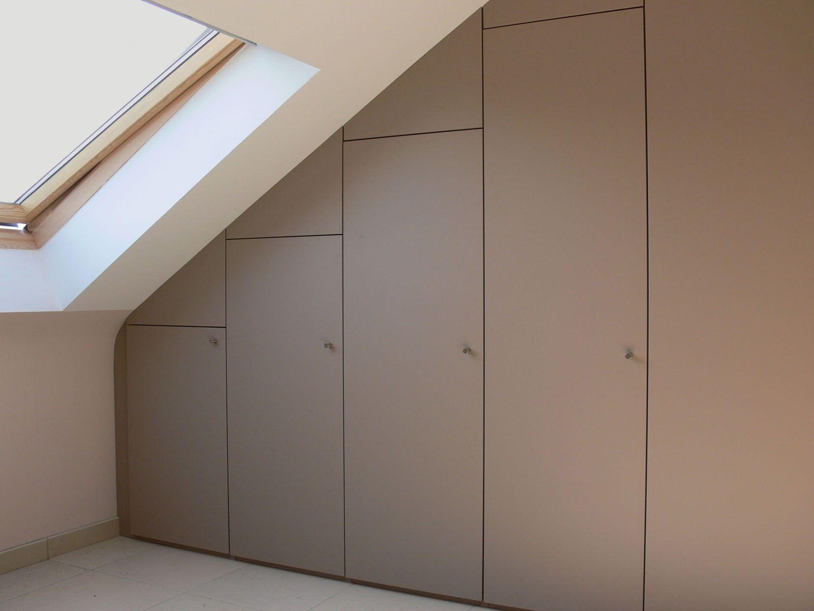 Realisaties van Slaapkamer in Maatkast met draaideuren onder schuin dak