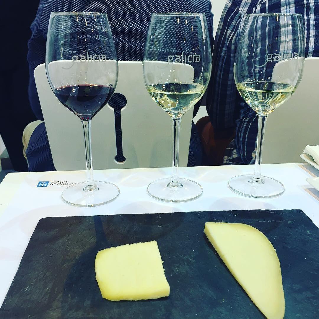 """blpmadrid: """"Adoramos a degustação de vinho que tivemos a oportunidade de fazer na #fitur ! O estande da Galicia nos apresentou três vinhos galegos e ainda aprendemos a fazer harmonização com dois tipos de queijo diferentes   A degustação durou 45 minutos e foi deliciosa e divertida! #fitur2016 #galicia #galiciacalidade @visitgalicia @visitspain #degustacao #queijosevinhos #vinho #catadevinos #catadequesos #igersmadrid #rbbv #instagrammers #igersgalicia """""""