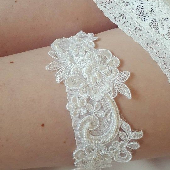This beautiful beaded ivory garter is available separately or as a set with matching toss garter 🤗  #ivorygarter #vintagebride #weddinggarter #bridetobe #weddinglingerie
