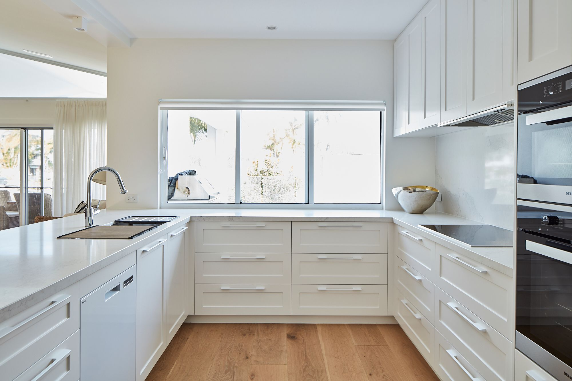Beautiful Beach Home Kitchen At Noosa Featuring Caesarstone Calacatta Nuvo Lisang Design Creates A Relaxed Op Kitchen Design Open Plan Kitchen Home Kitchens