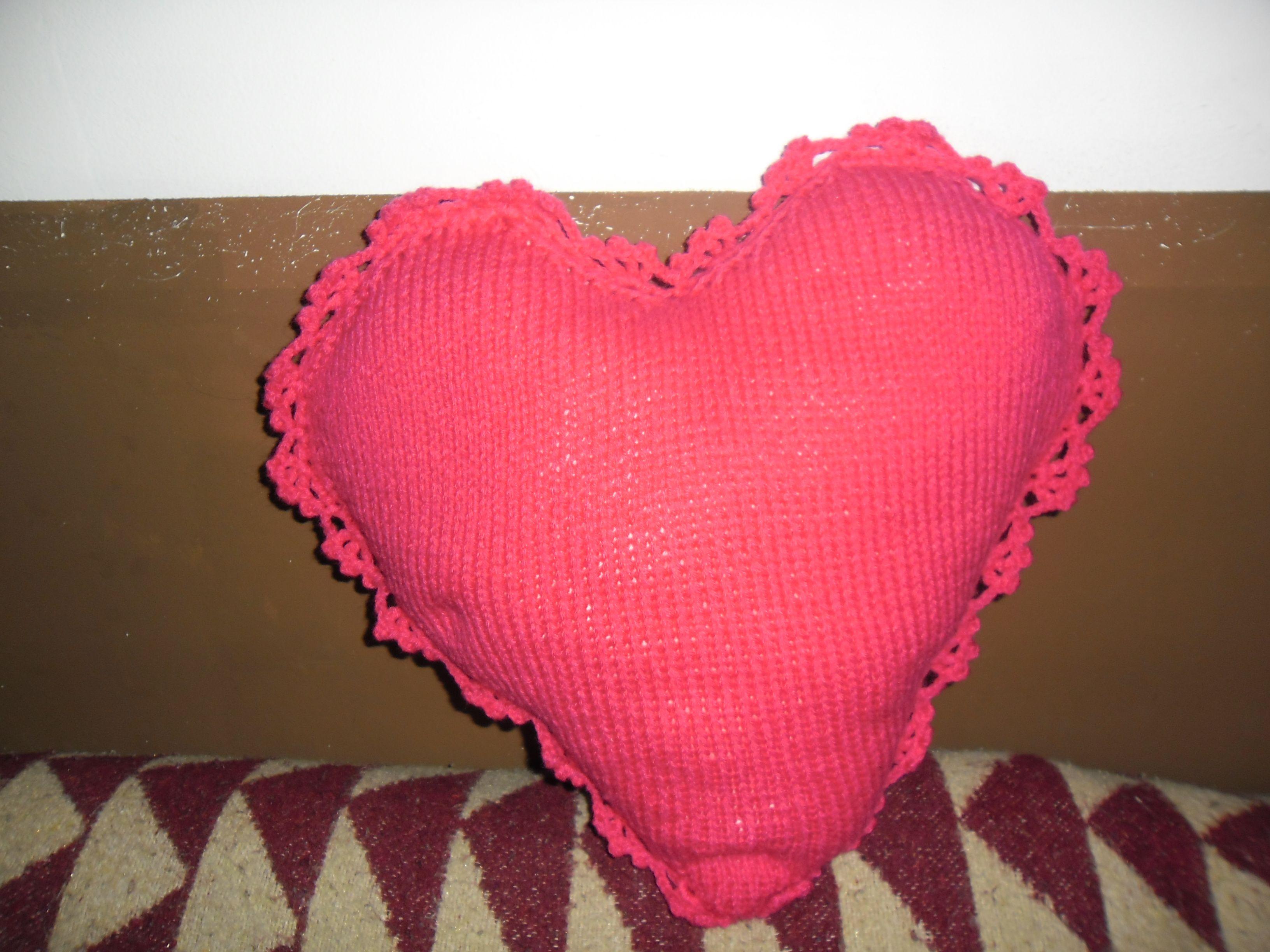 Un cojin en forma de corazon hecho a punto y remate a - Cojin de crochet ...