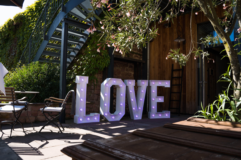 Unser Leuchtbuchstaben Konnt Ihr Auch Fur Eure Hochzeit Oder Event Mieten Leuchtbuchstaben Leuchten Foto Hintergrund
