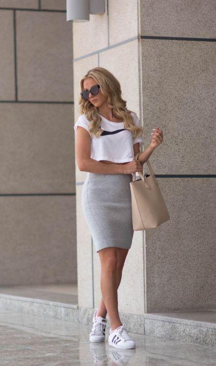 Sendi Skopljak Lleva Una Blusa Blanca De Nike Una Falda Gris De Estaesmimodacom Ropa Modelitos Combinar Moda Joven Kleding Kleding Stijlen Outfits